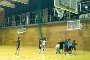 練習の様子。地元の若者チームにもんでもらっています。