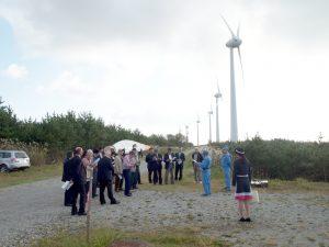 能代風力発電施設で熱心に説明を聞く参加者